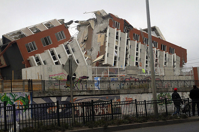 640px-2010_Chile_earthquake_-_Building_destroyed_in_Concepción